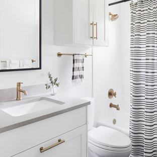 Свежая идея для дизайна: маленькая детская ванная комната в стиле модернизм с фасадами в стиле шейкер, белыми фасадами, ванной в нише, душем над ванной, унитазом-моноблоком, керамической плиткой, белыми стенами, полом из мозаичной плитки, врезной раковиной, столешницей из искусственного кварца, синим полом, шторкой для ванной и серой столешницей - отличное фото интерьера