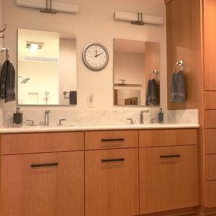 Diseño de cuarto de baño principal, de estilo zen, de tamaño medio, sin sin inodoro, con armarios con paneles lisos, puertas de armario de madera oscura, sanitario de una pieza, paredes beige, suelo de madera en tonos medios, lavabo integrado y encimera de acrílico