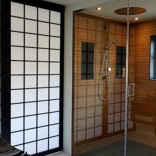 Diseño de cuarto de baño de estilo zen, grande, con paredes blancas, suelo blanco, ducha empotrada y ducha con puerta con bisagras
