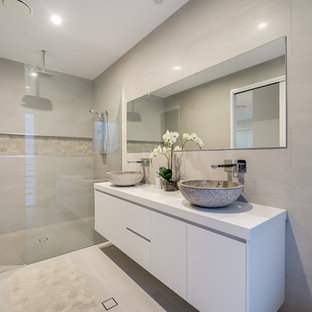 Contemporary 3/4 bathroom in Brisbane with flat-panel cabinets, white cabinets, a curbless shower, a one-piece toilet, beige tile, beige walls, a vessel sink, beige floor, an open shower and white benchtops.