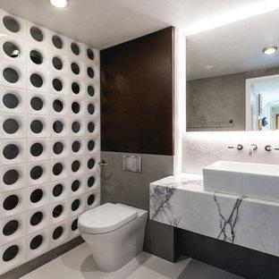 Стильный дизайн: ванная комната среднего размера в стиле лофт с открытым душем, унитазом-моноблоком, настольной раковиной, серым полом и открытым душем - последний тренд