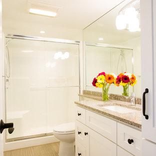Ejemplo de cuarto de baño clásico renovado, de tamaño medio, con armarios estilo shaker, puertas de armario blancas, sanitario de una pieza, paredes blancas, suelo de linóleo y encimera de cuarzo compacto