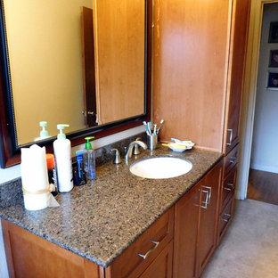 Foto de cuarto de baño principal, minimalista, de tamaño medio, con armarios con paneles empotrados, puertas de armario de madera oscura, bañera empotrada, combinación de ducha y bañera, paredes beige, lavabo bajoencimera, sanitario de una pieza y suelo de linóleo