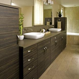 Idéer för ett stort modernt brun en-suite badrum, med ett fristående handfat, släta luckor, bruna skåp, bänkskiva i kvarts, ett platsbyggt badkar, beige kakel, porslinskakel, bruna väggar och klinkergolv i porslin
