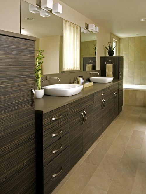 Bagno con ante marroni e pareti marroni foto idee - Idea bagno oggi ...