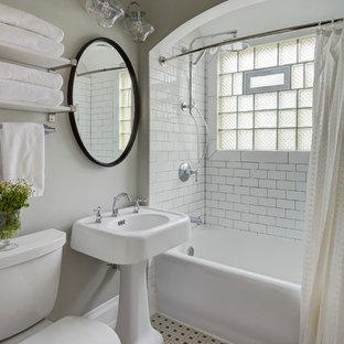 Kleines Klassisches Badezimmer mit Schrankfronten im Shaker-Stil, weißen Schränken, Badewanne in Nische, Duschnische, Wandtoilette mit Spülkasten, weißen Fliesen, grauer Wandfarbe, Keramikboden und Sockelwaschbecken in Milwaukee