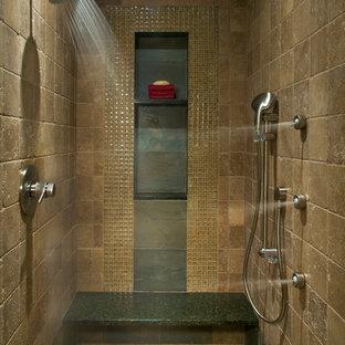 Modelo de cuarto de baño principal, rural, de tamaño medio, con ducha empotrada, baldosas y/o azulejos beige, baldosas y/o azulejos de piedra, paredes beige, suelo con mosaicos de baldosas, suelo beige y ducha abierta