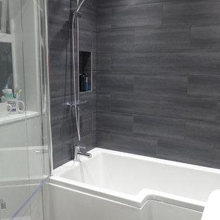 Свежая идея для дизайна: маленькая детская ванная комната в современном стиле с накладной ванной, душем над ванной, серой плиткой, керамической плиткой, серыми стенами и полом из линолеума - отличное фото интерьера