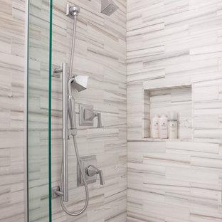 Свежая идея для дизайна: большая главная ванная комната в стиле модернизм с фасадами в стиле шейкер, темными деревянными фасадами, угловым душем, унитазом-моноблоком, разноцветной плиткой, плиткой из листового стекла, серыми стенами, полом из керамогранита, накладной раковиной, столешницей из искусственного камня, бежевым полом и душем с распашными дверями - отличное фото интерьера