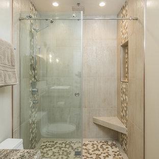 Bild på ett mellanstort vintage badrum med dusch, med en dusch i en alkov, en toalettstol med separat cisternkåpa, beige kakel, brun kakel, porslinskakel, beige väggar, klinkergolv i porslin, granitbänkskiva, beiget golv, dusch med skjutdörr, släta luckor, beige skåp och ett fristående handfat
