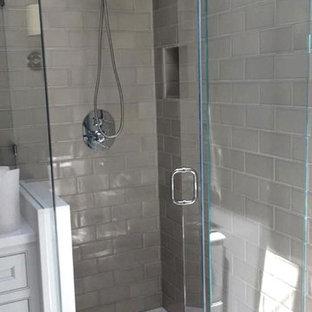 Foto de cuarto de baño clásico renovado, de tamaño medio, con armarios con paneles empotrados, puertas de armario blancas, ducha esquinera, baldosas y/o azulejos de cemento, suelo de linóleo, baldosas y/o azulejos grises, paredes grises y ducha con puerta con bisagras
