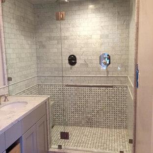 Ispirazione per una piccola stanza da bagno con doccia classica con piastrelle nere, pistrelle in bianco e nero, piastrelle bianche, piastrelle a listelli, pareti bianche, ante con riquadro incassato, ante grigie, doccia alcova, lavabo sottopiano, top in marmo e porta doccia a battente