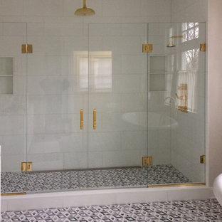 Idee per una grande stanza da bagno padronale con doccia doppia, pareti beige, pavimento alla veneziana, pavimento grigio e porta doccia a battente