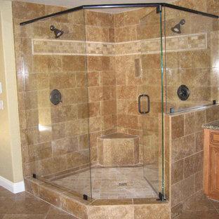 Foto på ett stort vintage en-suite badrum, med luckor med upphöjd panel, skåp i mörkt trä, en hörndusch, beige kakel, brun kakel, keramikplattor, beige väggar, travertin golv, ett undermonterad handfat, granitbänkskiva, brunt golv och dusch med gångjärnsdörr