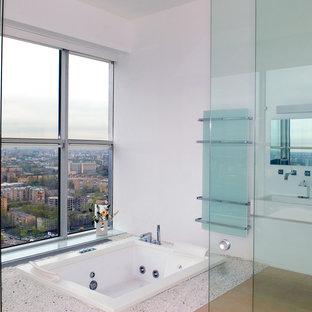 Idéer för mellanstora funkis en-suite badrum, med ett väggmonterat handfat, ett platsbyggt badkar, vita väggar och ljust trägolv