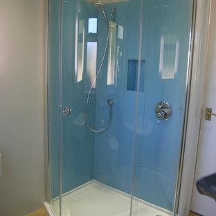 Foto de cuarto de baño infantil, contemporáneo, pequeño, con ducha esquinera, baldosas y/o azulejos azules, baldosas y/o azulejos de vidrio laminado y suelo de linóleo