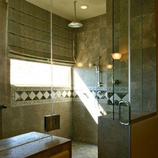 Esempio di una sauna mediterranea con ante grigie, piastrelle grigie, piastrelle in pietra, pareti beige, pavimento in ardesia, lavabo integrato e top piastrellato