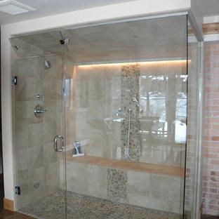 Foto di una stanza da bagno padronale chic di medie dimensioni con piastrelle beige, piastrelle di ciottoli, porta doccia a battente, doccia alcova, pareti marroni, pavimento in cemento e pavimento marrone