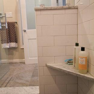 Ejemplo de cuarto de baño principal, clásico renovado, de tamaño medio, con baldosas y/o azulejos blancos, baldosas y/o azulejos de cemento, paredes beige, lavabo bajoencimera, armarios con paneles empotrados, puertas de armario blancas, ducha empotrada, sanitario de dos piezas, suelo de linóleo y encimera de mármol