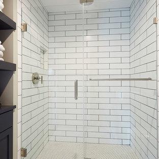 На фото: большие ванные комнаты в стиле современная классика с фасадами в стиле шейкер, искусственно-состаренными фасадами, открытым душем, унитазом-моноблоком, белой плиткой, плиткой кабанчик, серыми стенами, полом из керамической плитки, душевой кабиной, мраморной столешницей и врезной раковиной