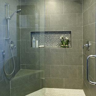 Idee per un'ampia stanza da bagno padronale moderna con doccia doppia, piastrelle grigie e pareti grigie