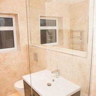 Idee per una piccola stanza da bagno con doccia moderna con ante lisce, ante marroni, doccia aperta, WC sospeso, piastrelle marroni, lastra di pietra, pareti multicolore, pavimento in marmo, lavabo sospeso, pavimento multicolore e doccia aperta