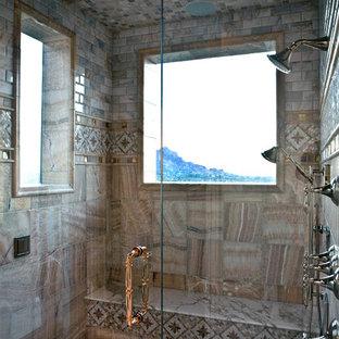 Immagine di una stanza da bagno padronale mediterranea di medie dimensioni con doccia alcova, WC monopezzo, pareti beige, pavimento in cementine, pavimento multicolore e porta doccia a battente