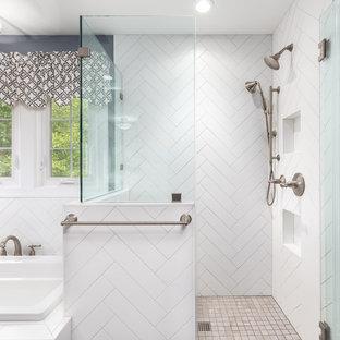 ワシントンD.C.の中サイズのトランジショナルスタイルのおしゃれなマスターバスルーム (インセット扉のキャビネット、白いキャビネット、コーナー設置型シャワー、分離型トイレ、青い壁、アンダーカウンター洗面器、珪岩の洗面台、茶色い床、開き戸のシャワー、白い洗面カウンター、ドロップイン型浴槽、セラミックタイルの床) の写真