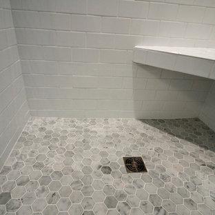 Bild på ett litet funkis badrum med dusch, med vita skåp, bänkskiva i kvarts, en dusch i en alkov, vit kakel, keramikplattor, gröna väggar och mellanmörkt trägolv