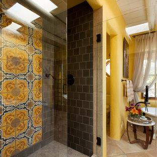 Esempio di una stanza da bagno padronale boho chic di medie dimensioni con vasca con piedi a zampa di leone, doccia aperta, piastrelle multicolore, piastrelle di cemento, pareti gialle, pavimento in gres porcellanato e top piastrellato
