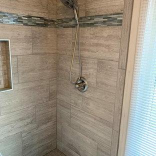 Inredning av ett klassiskt mellanstort grå grått en-suite badrum, med luckor med infälld panel, vita skåp, en öppen dusch, en toalettstol med separat cisternkåpa, vit kakel, keramikplattor, vita väggar, ett undermonterad handfat, granitbänkskiva, grått golv och dusch med skjutdörr