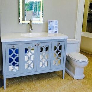 Diseño de cuarto de baño con ducha, actual, de tamaño medio, con armarios tipo vitrina, puertas de armario azules, sanitario de dos piezas, paredes beige, suelo de baldosas de cerámica, lavabo encastrado, encimera de laminado y suelo beige