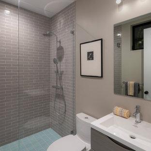 Свежая идея для дизайна: ванная комната среднего размера в стиле неоклассика (современная классика) с светлыми деревянными фасадами, душем в нише, унитазом-моноблоком, серой плиткой, керамической плиткой, серыми стенами, полом из керамической плитки, монолитной раковиной, бирюзовым полом, душем с распашными дверями, белой столешницей, тумбой под одну раковину и подвесной тумбой - отличное фото интерьера