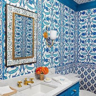 Idee per una stanza da bagno con doccia mediterranea di medie dimensioni con ante con riquadro incassato, ante blu, WC a due pezzi, piastrelle di cemento, pareti multicolore, lavabo sottopiano e top alla veneziana