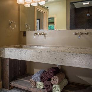 Imagen de cuarto de baño principal, rústico, con armarios abiertos, ducha empotrada, sanitario de una pieza, paredes beige, suelo de madera clara, lavabo de seno grande y encimera de cemento