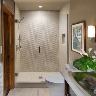 Idee per una piccola stanza da bagno design con ante di vetro, ante in legno bruno, doccia doppia, WC monopezzo, piastrelle beige, piastrelle in pietra, pareti nere, pavimento in travertino, lavabo a bacinella e top in pietra calcarea