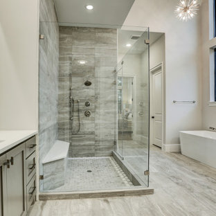 Exempel på ett mycket stort klassiskt vit vitt en-suite badrum, med skåp i shakerstil, grå skåp, ett fristående badkar, en hörndusch, en toalettstol med hel cisternkåpa, grå kakel, porslinskakel, vita väggar, klinkergolv i porslin, ett undermonterad handfat, bänkskiva i kvarts, grått golv och dusch med gångjärnsdörr