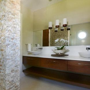 Großes Modernes Badezimmer mit offenen Schränken, dunklen Holzschränken, bodengleicher Dusche, Toilette mit Aufsatzspülkasten, weißen Fliesen, Steinfliesen, beiger Wandfarbe, Porzellan-Bodenfliesen, Aufsatzwaschbecken und Quarzwerkstein-Waschtisch in Tampa