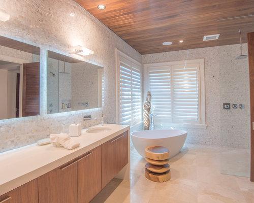 Salle de bain exotique avec des portes de placard en bois - Customiser une porte de placard ...