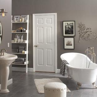Mittelgroßes Klassisches Badezimmer En Suite mit Löwenfuß-Badewanne, grauen Fliesen, Keramikfliesen, grauer Wandfarbe, Keramikboden und Sockelwaschbecken in Chicago