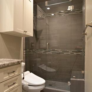 Idéer för mellanstora vintage en-suite badrum, med luckor med infälld panel, beige skåp, en dusch i en alkov, en toalettstol med separat cisternkåpa, flerfärgad kakel, stickkakel, beige väggar, plywoodgolv, ett undermonterad handfat och granitbänkskiva