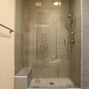 Пример оригинального дизайна: главная ванная комната среднего размера в стиле современная классика с душем в нише, разноцветной плиткой, плиткой мозаикой, бежевыми стенами и полом из фанеры