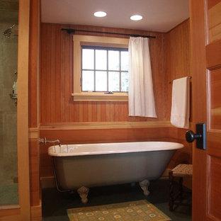 Ispirazione per una grande stanza da bagno padronale rustica con vasca con piedi a zampa di leone, pareti marroni e pavimento con piastrelle in ceramica