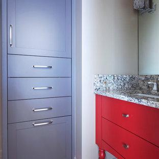 Kleines Eklektisches Duschbad mit flächenbündigen Schrankfronten, roten Schränken, schwarz-weißen Fliesen, weißer Wandfarbe, Unterbauwaschbecken, Granit-Waschbecken/Waschtisch und rotem Boden in Calgary