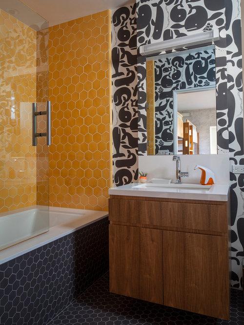 salle de bain avec un carrelage jaune et un mur multicolore photos et id es d co de salles de bain. Black Bedroom Furniture Sets. Home Design Ideas