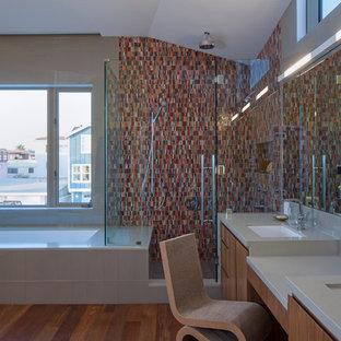 Imagen de cuarto de baño principal, actual, grande, con armarios con paneles lisos, puertas de armario de madera oscura, bañera encastrada sin remate, ducha empotrada, baldosas y/o azulejos marrones, baldosas y/o azulejos naranja, baldosas y/o azulejos rojos, baldosas y/o azulejos en mosaico, paredes beige, suelo de madera en tonos medios, lavabo bajoencimera, encimera de cuarzo compacto, suelo marrón y ducha con puerta con bisagras