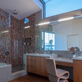Modelo de cuarto de baño principal, contemporáneo, grande, con armarios con paneles lisos, puertas de armario de madera oscura, bañera encastrada sin remate, ducha empotrada, baldosas y/o azulejos marrones, baldosas y/o azulejos naranja, baldosas y/o azulejos rojos, baldosas y/o azulejos en mosaico, paredes beige, suelo de madera en tonos medios, lavabo bajoencimera, encimera de cuarzo compacto, suelo marrón y ducha con puerta con bisagras