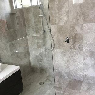 Ispirazione per una stanza da bagno con doccia moderna di medie dimensioni con consolle stile comò, ante in legno bruno, piastrelle grigie, piastrelle in travertino, pareti multicolore, pavimento in travertino, top in quarzite, pavimento grigio, doccia aperta, top bianco, doccia aperta e WC monopezzo