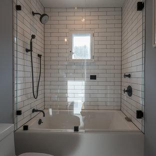 Idee per una stanza da bagno padronale stile americano di medie dimensioni con consolle stile comò, ante con finitura invecchiata, vasca ad alcova, doccia alcova, WC monopezzo, piastrelle bianche, piastrelle in ceramica, pareti bianche, pavimento in marmo, lavabo sottopiano, top in marmo, pavimento grigio e porta doccia a battente