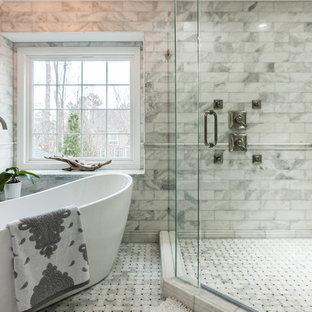 Пример оригинального дизайна: главная ванная комната в стиле современная классика с отдельно стоящей ванной, двойным душем, серой плиткой, белой плиткой, мраморным полом и душем с распашными дверями